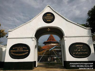 Gerbang masuk makam Kanjeng Prebu R.A.A. Koesoemadiningrat, Bupati Galuh Ciamis.