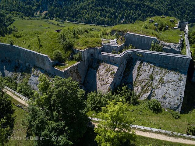 Fort du Larmont inférieur — Vue aérienne, casemates d'artillerie