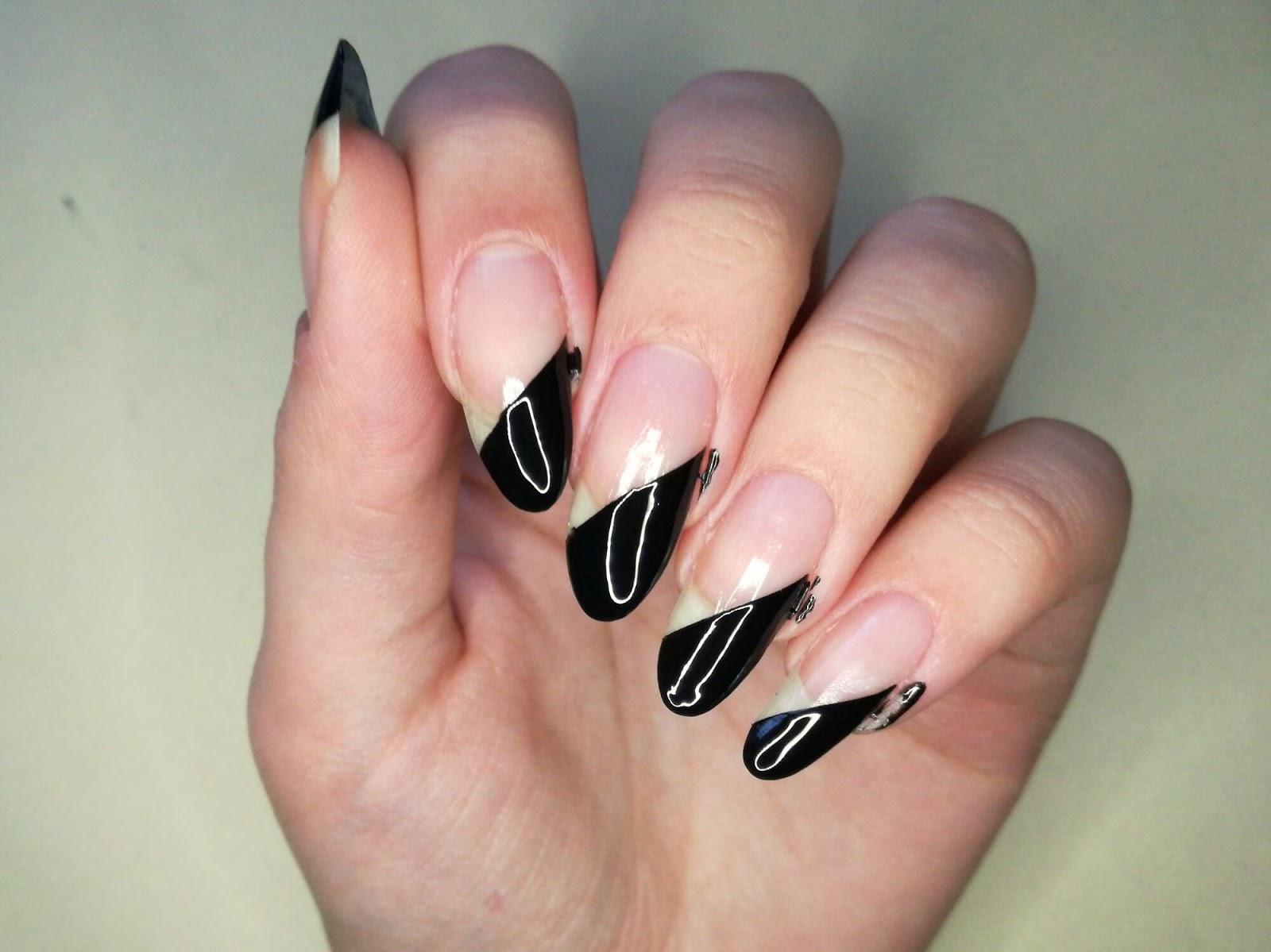 połowa paznokci czarna