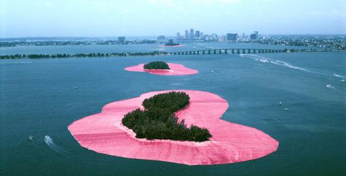 地球に作られるアート。ランドアート、アースアート7作品 「囲まれた島々、フロリダ州グレーター・マイアミ 1980-83」 クリストとジャン・クロード