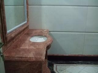 contoh meja kamar mandi mengggunakan marmer