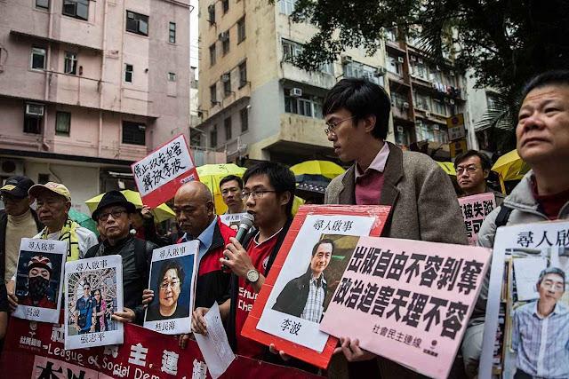 Em Hong Kong, manifestantes pedem a liberdade de 5 livreiros 'desaparecidos' nas mãos da polícia política e levados ao continente.