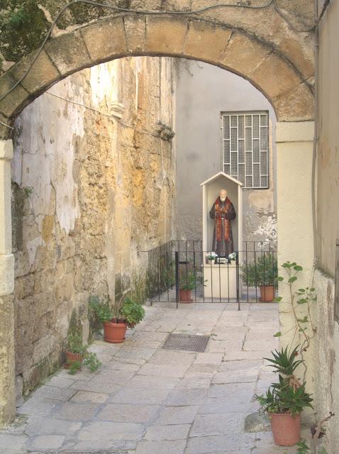 uliczki w Bari, kapliczki w zaułkach