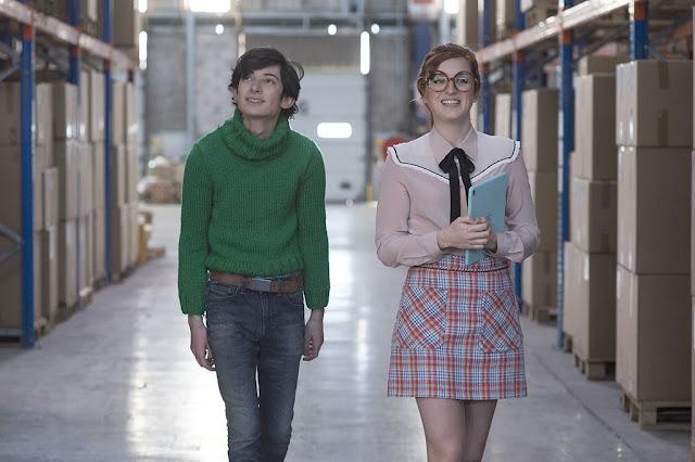 Gaston (Théo Fernandez) et Mademoiselle Jeanne (Alison Wheeler) dans Gaston Lagaffe