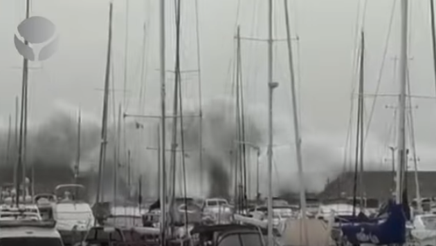 L'onda anomala al porto distrugge la diga