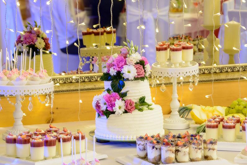 vestuvinis tortas puoštas gėlėmis