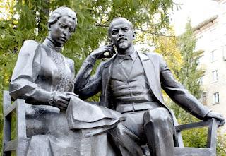 El matrimonio Ilich, con sus luces y sombras, figuras clave de la Revolución de octubre.