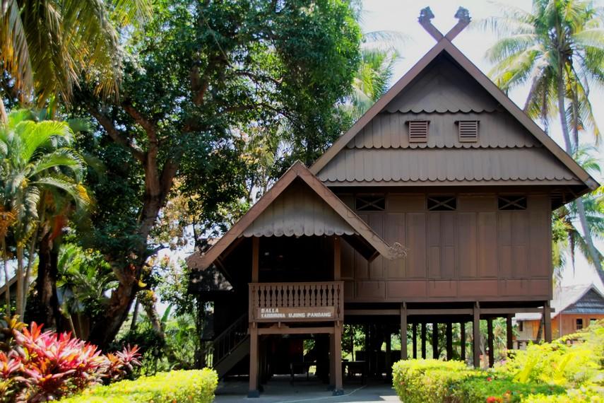 Rumah Adat Balla Rabbirina yang dalam bahasa Makassar berarti inti rumah %25282%2529