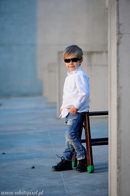 Chłopczyk z drabinką  na zdjęciu z sesji fotograficznej w Lublinie, piękne zdjęcie