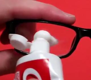 Truco para limpiar las gafas