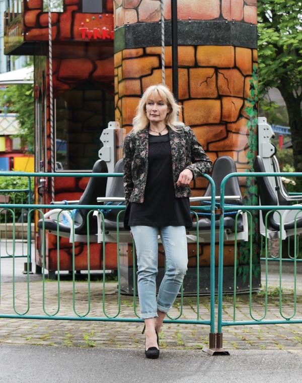 PauMau blogi nelkytplusbloggari nelkytplus Tykkimäki huvipuisto Kouvola laite Torni asukuva muotiblogi tyyliblogi aikuisen naisen tyyli boyfriend farkut kukkajakku kirppis musta tunika