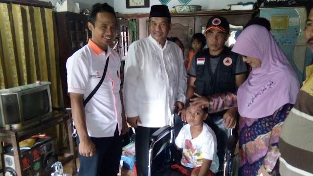 anada Raffa dikursi roda bersama Camat Bangsalsari, Drs. Murtadlo, M.Si dan relawan kemanusiaan sinergi Lazismu Jember
