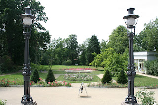 Blick vom Eingang aus - rechts die Orangerie