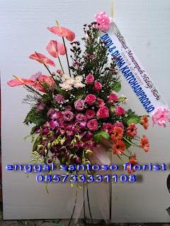 harga rangkaian karangan bunga standing pernikahan