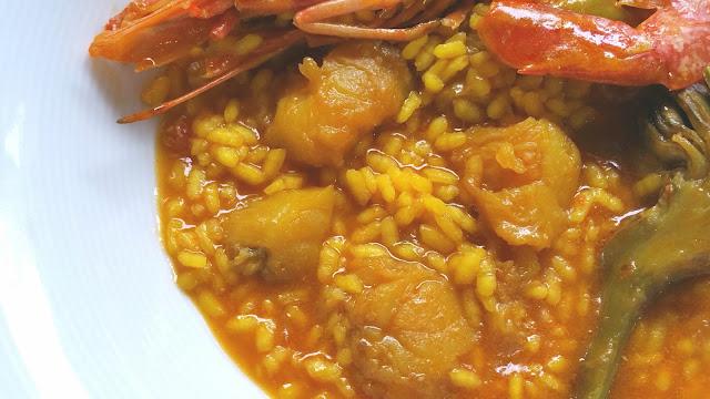 plato de arroz meloso con rape y langostinos