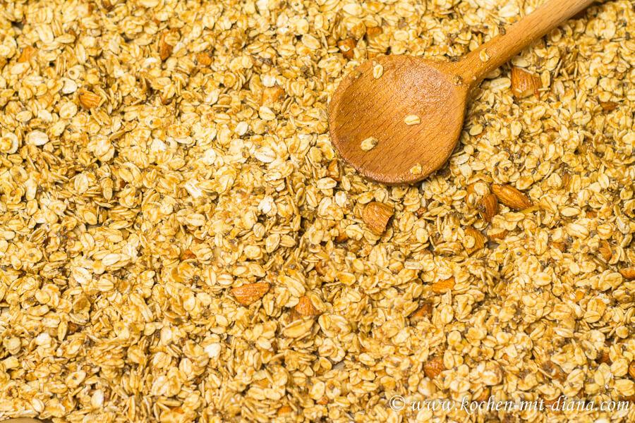 ungebackene Granola auf ein Blech verteilen