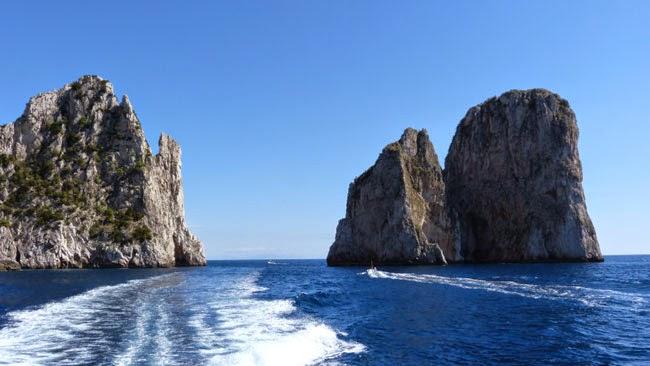 Espuma do nosso barco no mar de Capri