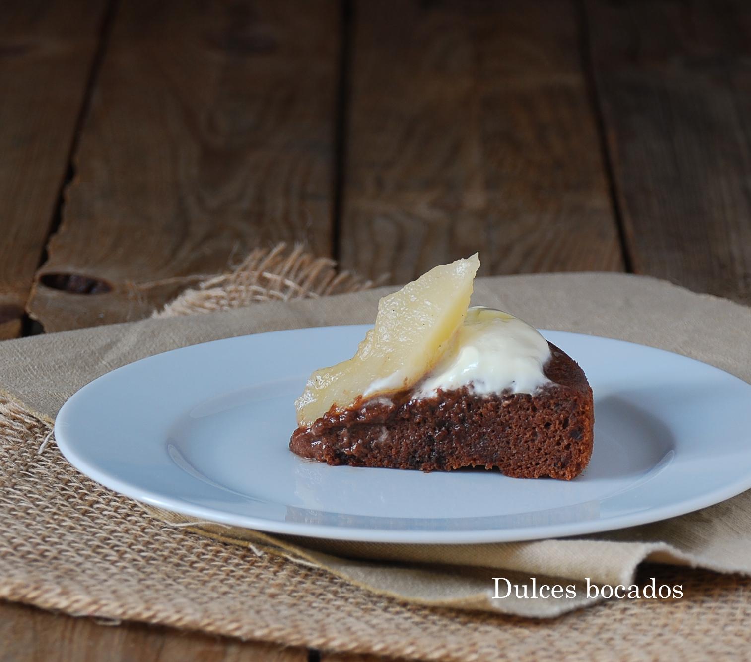 Bizcocho de chocolate con peras y salsa de yogurt (sin gluten) dulces bocados