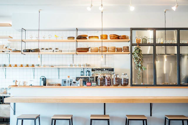 Swan鵝牌極致鵝絨日式刨冰機 鵝絨雪花冰機 #給愛好蔬食的你的刨冰提案 #寫真教室裡的烏雲密布刨冰 一樓咖啡廳有寬闊的開放式廚房,內部有鵝牌冰削機 新鮮製作每一碗鵝絨冰 日式刨冰 -swan-kakigori-Photography-studio-cafe-nana-tsumori-front-view-of-kitchen
