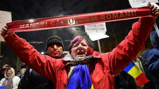 Thousands of Romanians in  anti-government rallies, demand president Klaus Iohannis's ouster