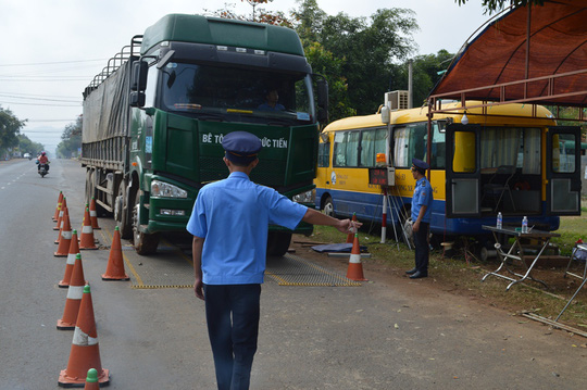 không tin trạm cân tài xế xe tải nằm chờ đợi báo chí