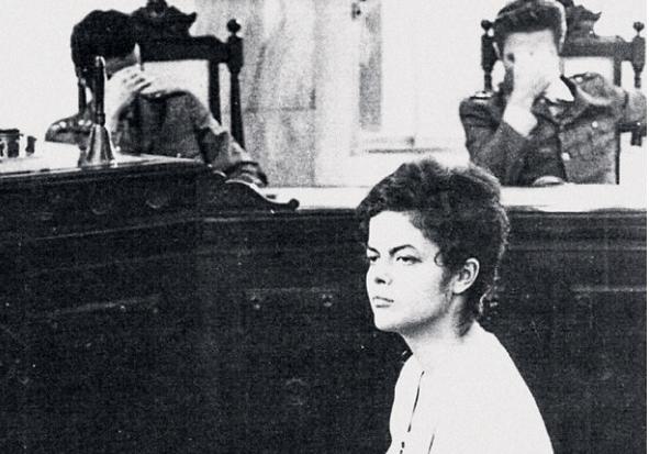 """Expectativas e mistério rondam o comparecimento da Presidente Dilma no próximo 29 de agosto no Senado da República, o tribunal de exceção da fase final da farsa do impeachment.  Com freqüência o processo da Dilma é equiparado ao de Getúlio Vargas, atacado covarde e implacavelmente pela oligarquia golpista e seus meios de comunicação até o último instante de vida, quando deferiu um tiro no próprio peito. A Carta Testamento, deixada para o povo brasileiro em 24 de agosto de 1954, tem sido evocada como referência para o pronunciamento de Dilma no Senado. É uma referência necessária, porém de eficácia histórica parcial.  Existem três semelhanças importantes entre os dois processos históricos. A primeira é que ambos, eleitos com uma plataforma de reformas, foram vítimas do ódio udenista [Getúlio] e peessedebista/peemedebista [Dilma]: """"não poderiam ser candidatos; se fossem candidatos, não poderiam vencer as eleições; se vencessem as eleições, não poderiam assumir; se assumissem, não poderiam governar; caso governassem, seriam derrubados""""."""