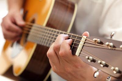 Người mới chơi đàn guitar cần biết cách bảo vệ ngón tay