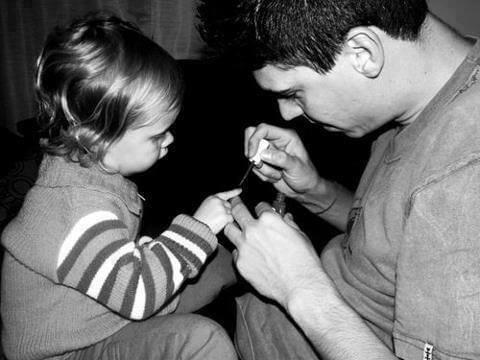 Kızına Oje Süren Baba