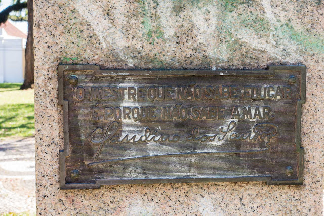 Placa no pedestal do busto de Claudino dos Santos