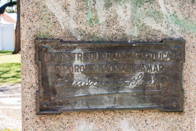 Placa no pedestal do busto de Claudino dos Santos