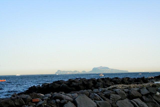 scogli, sassi, mare, acqua, cielo, montagne, barche
