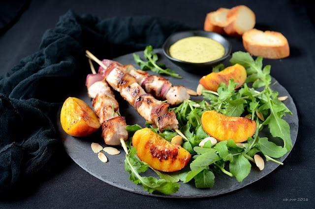 spiedini-di-maiale-alla-birra-con-pesche-grigliate-e-salsa-alla-senape