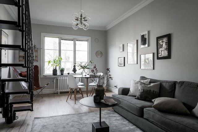 Salón decorado en tonos neutros con silla mariposa