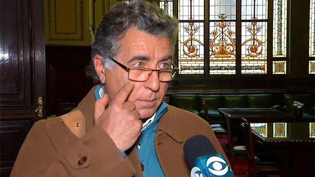 Darío Peréz dentro del parlamento, señalandose el ojo frente a la prensa