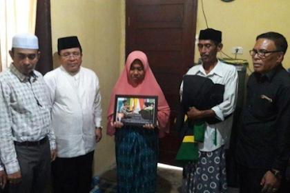 Moment Ustadz Adi Hidayat Janji Umrahkan Ayah yang Gantikan Wisuda Anaknya yang Meninggal