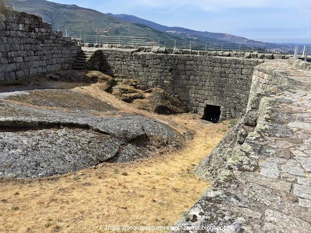 Pátio militar com escadas de acesso ao caminho de ronda do Castelo de Linhares da Beira