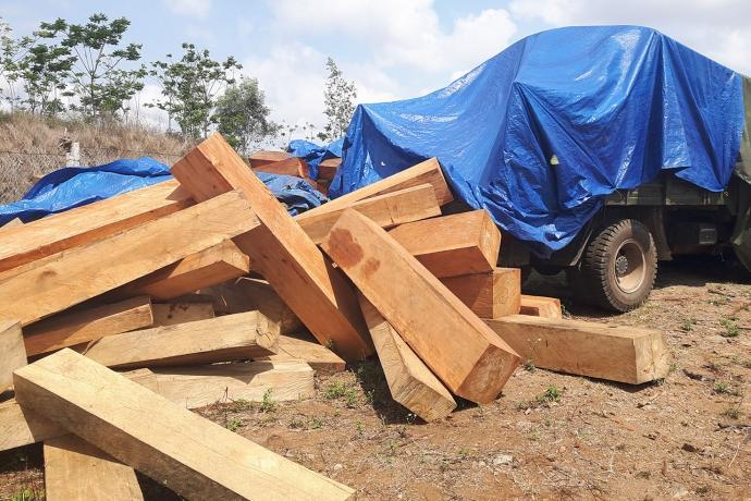 Gia Lai: Bắt xe BKS quân đội chở gỗ không rõ nguồn gốc