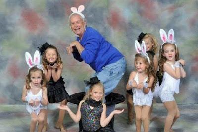 Witziges Kinderfoto mit Opa als Osterhase