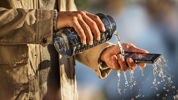 حول هاتفك الذكي الى جهاز خارق مقاوم للماء بطرق سهلة