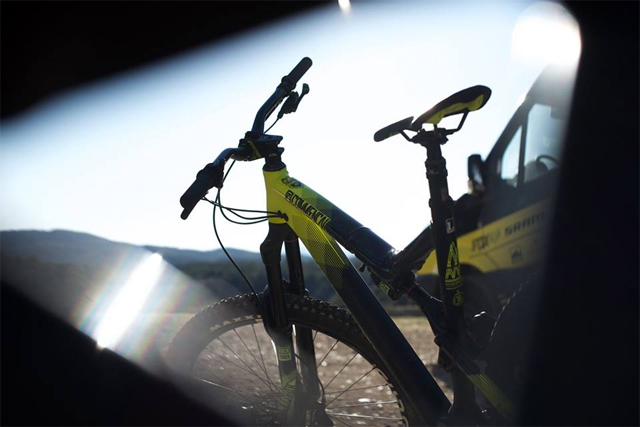 Sunny Days feat. 2016 Commencal Meta