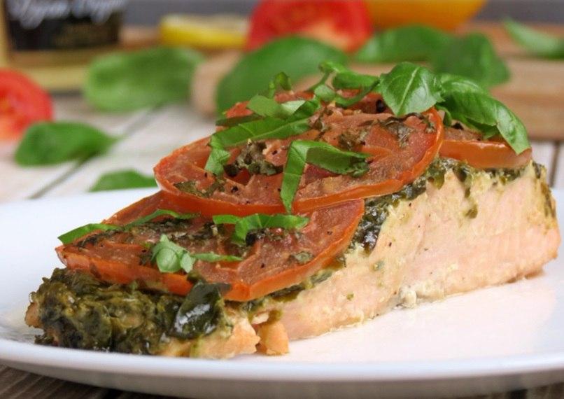 Рецепт лосося под соусом песто и помидорами
