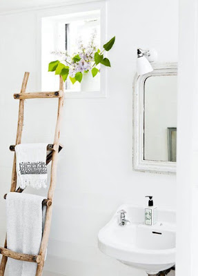 Escada em madeira rústica como toalheiro em banheiro