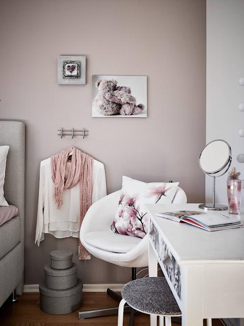 kobieca sypialnia, kobieca toaleta, różowa sypialnia, różowa ściana w sypialni