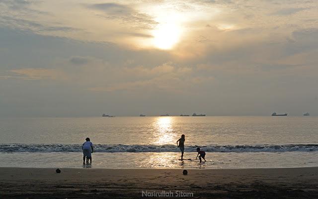 Menyapa Mentari Pagi di Tepian Pantai Teluk Penyu Cilacap