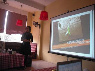 """ThS. Đặng Thanh Vân, diễn giả sự kiện """"Xây dựng thương hiệu dành cho doanh nghiệp vừa và nhỏ"""" trong buổi thuyết trình"""