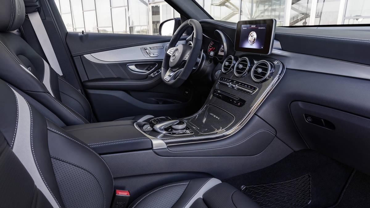 Nội thất Mercedes GLC 63 s đời mới bản độ AMG 2 tông màu đen và chỉ trắng hoặc chỉ đỏ.