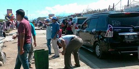 Pantai Padang Kotor, Kadis Pariwisata Pungut Sampah