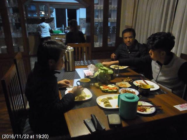 写真4 ハクパ家の食卓にて。
