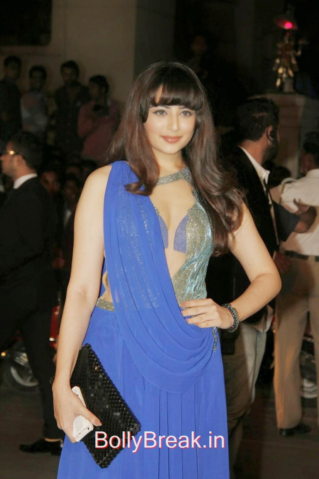 FF+5, Zoya Afroz Hot HD Pics in Blue Dress From Awards Night