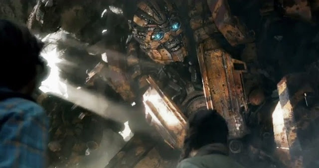 Isabela Moner y Bumblebee en Transformers 5